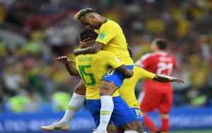 Brazil's midfielder Paulinho (C) celebrates, with Brazil's forward Neymar (R), after scoring Brazil's opening goal during the Russia 2018 World Cup Group E football match between Serbia and Brazil at the Spartak Stadium in Moscow on June 27, 2018. / AFP PHOTO / YURI CORTEZ / RESTRICTED TO EDITORIAL USE - NO MOBILE PUSH ALERTS/DOWNLOADS