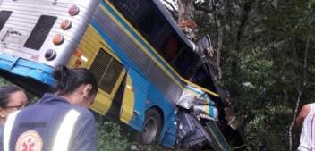 Grave acidente com ônibus de sacoleiros deixa três mortos e pelo menos quinze feridos na BR-101