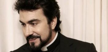 Pe. Fábio de Melo posa sorridente após passar 2 dias internado