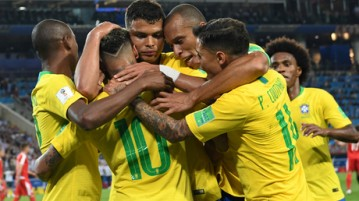 Brazil's players celebate their second goal during the Russia 2018 World Cup Group E football match between Serbia and Brazil at the Spartak Stadium in Moscow on June 27, 2018. / AFP PHOTO / Kirill KUDRYAVTSEV / RESTRICTED TO EDITORIAL USE - NO MOBILE PUSH ALERTS/DOWNLOADS