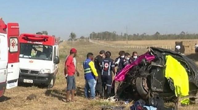 Acidente envolvendo três veículos deixa cinco pessoas mortas na Br-242