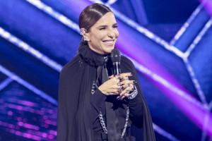 ivete-sangalo-com-microfone-apresentando-the-masked-singer-brasil