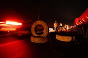 Caminhoneiros-pró-Bolsonaro-bloqueiam-passagem-de-caminhões-no-Km-42-da-GO-020